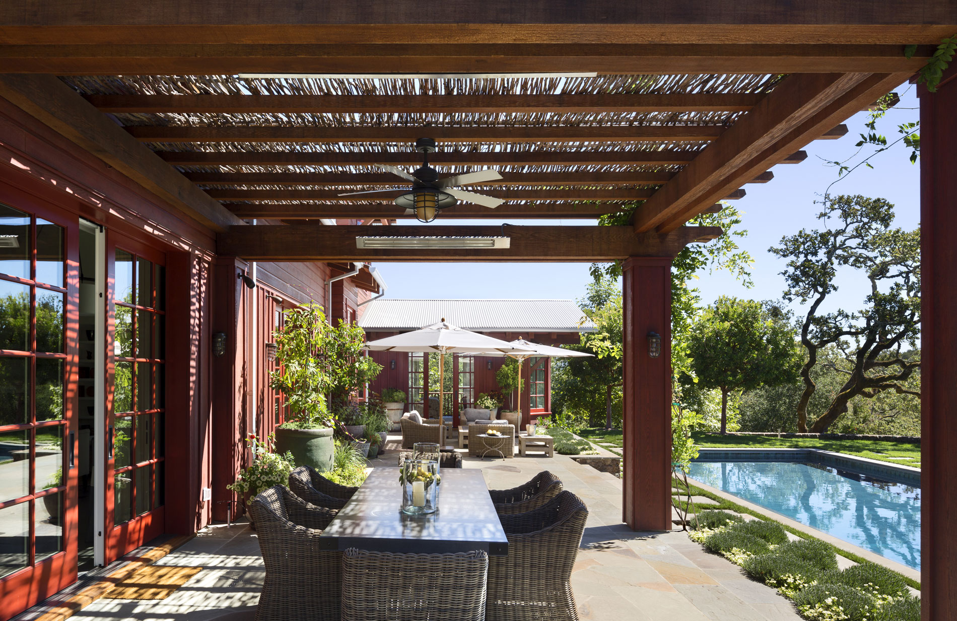 View along the back terrace from the dining pergola. (Photo credit: Peter Aaron/OTTO for Robert A.M. Stern Architects)